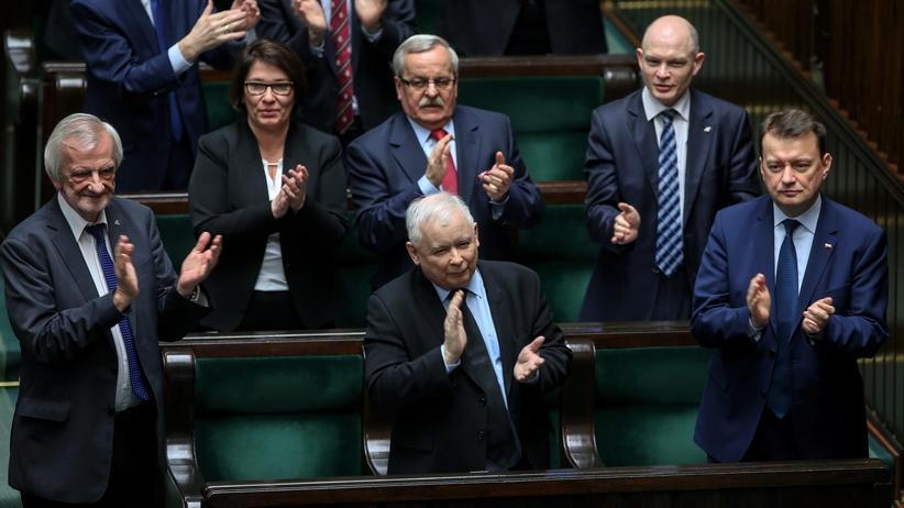 Kaczyński: Donald Tusk nie będzie już mógł funkcjonować pod flagą biało-czerwoną