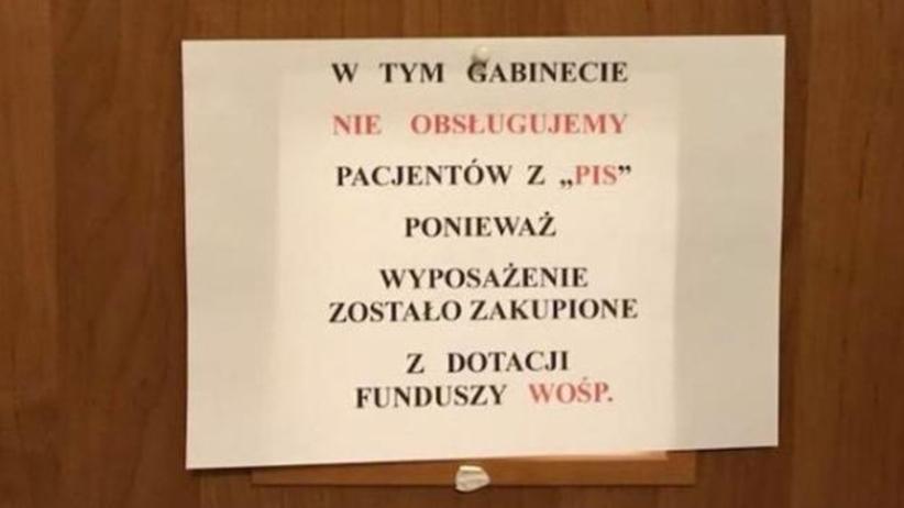 """Lekarz wywiesił kartkę """"Nie obsługujemy pacjentów z PiS"""". Zajmie się nim Wojskowa Izba Lekarska"""