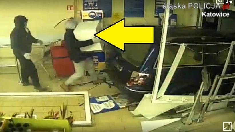 Bandyci wjechali autem do Tesco w Katowicach. Ukradli kasetkę z gotówką [WIDEO]