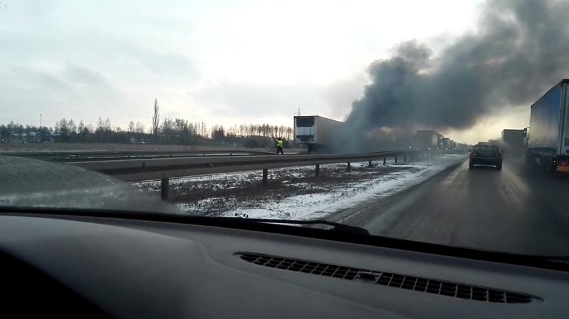 Kłęby dymu nad drogą do Łodzi. Zapaliła się naczepa ciężarówki [WIDEO]
