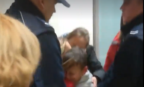 10-latek zabierany dziadkom. Babcia protestuje, policja zabezpiecza interwencję [WIDEO]