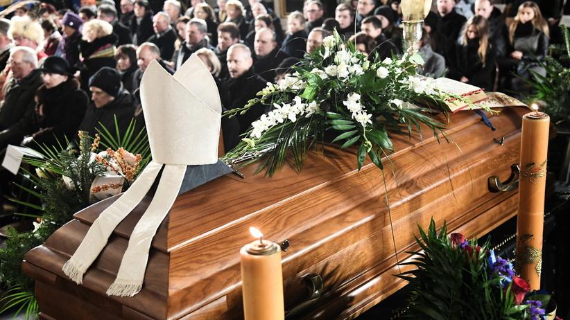"""Pogrzeb biskupa Tadeusza Pieronka. """"Jego misja zawsze była jakoś inna"""""""