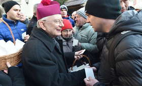 Kraków nie zapomniał o bezdomnych. Na Rynku tłumy potrzebujących [GALERIA]