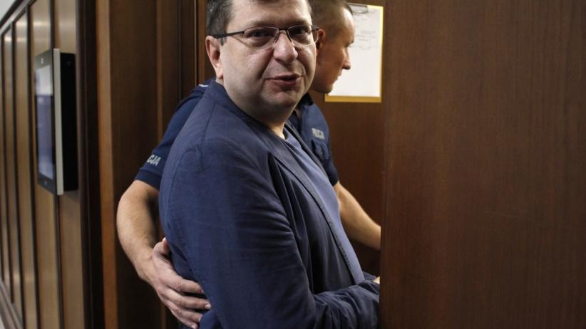 Zbigniew Stonoga stanął przed sądem. ''Na salę wprowadzono go skutego, w czerwonym uniformie''