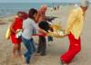 Labrador miał zawał na plaży w Darłowie. Interwencja WOPR-owców uratowała mu życie