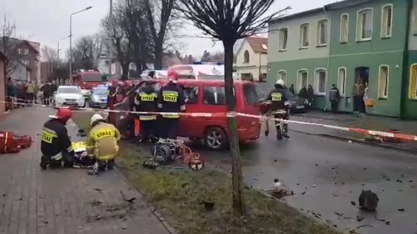 Groźny wypadek w Lęborku. Bus z nastolatkami uderzył w drzewo. Pięć osób w szpitalu [WIDEO]