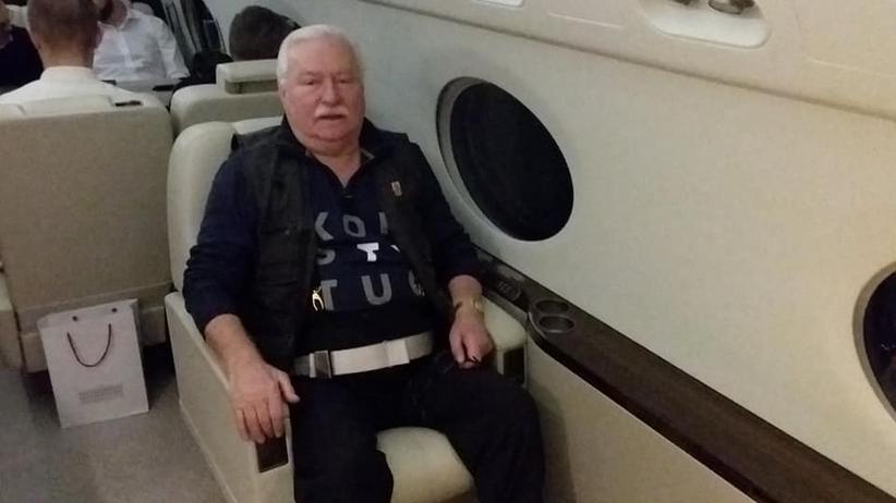 """Duda i Wałęsa przybyli do Waszyngtonu. Były prezydent miał na sobie koszulkę """"Konstytucja"""""""