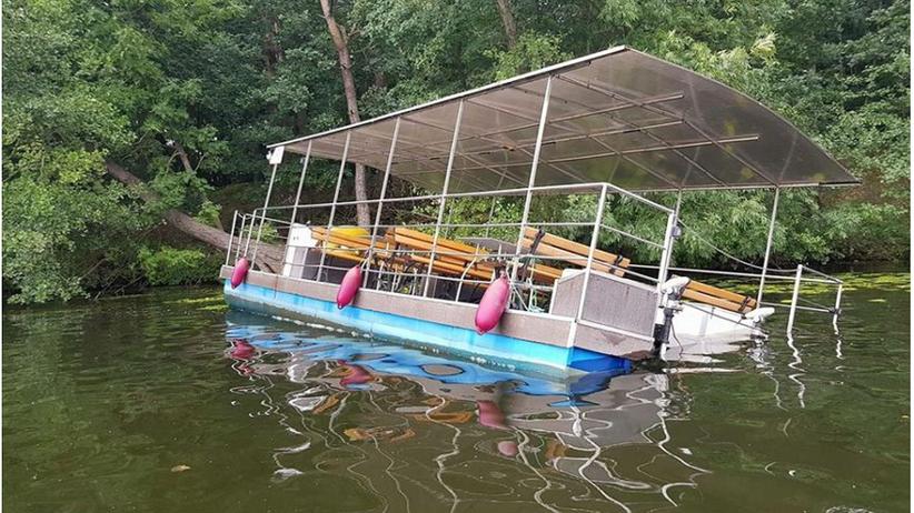 Licheń. Katamaran z 20 gośćmi weselnymi przewrócił się na jeziorze [ZDJĘCIA]