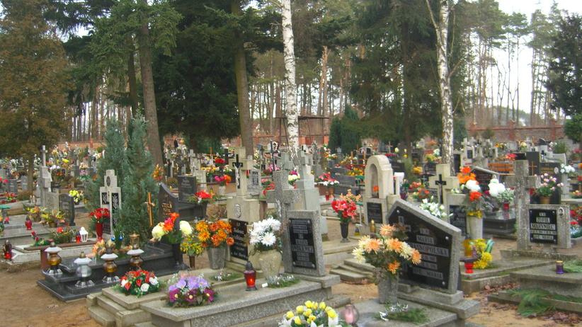90-latka zgubiła się w tłumie na cmentarzu. Przemoczoną i zdezorientowaną policjanci znaleźli na stacji benzynowej