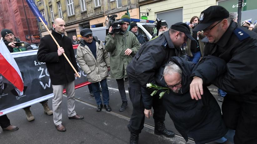 """Przepychanki na Marszu Pamięci Żołnierzy Niezłomnych w Łodzi. """"Raz sierpem, raz młotem…"""" [ZDJĘCIA]"""