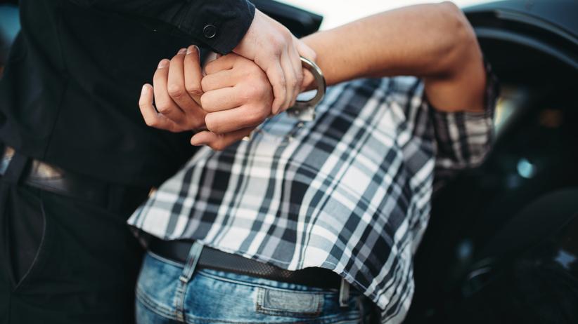 Napadł na sklep, przed policjantami schował się w suficie, po czym spadł i… wpadł