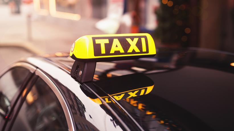 Taksówka wjechała w pieszych. ''Następnie uderzyła w latarnię i mur''