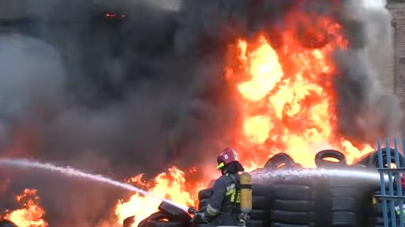 Potężny pożar składowiska opon. Ogień szybko się rozprzestrzenił [WIDEO]