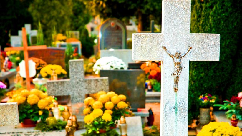 Lubelskie. Małżeństwo wpadło do grobu i zniszczyło trumnę na cmentarzu w Łęcznej
