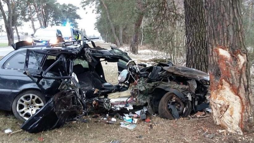 Pijany kierowca BMW uderzył w drzewo. Nie żyje 24-letni pasażer [FOTO]