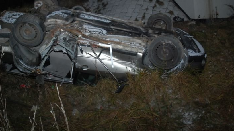 Auto z nastolatkami spadło z mostu. 17-latek zostawił ranną koleżankę