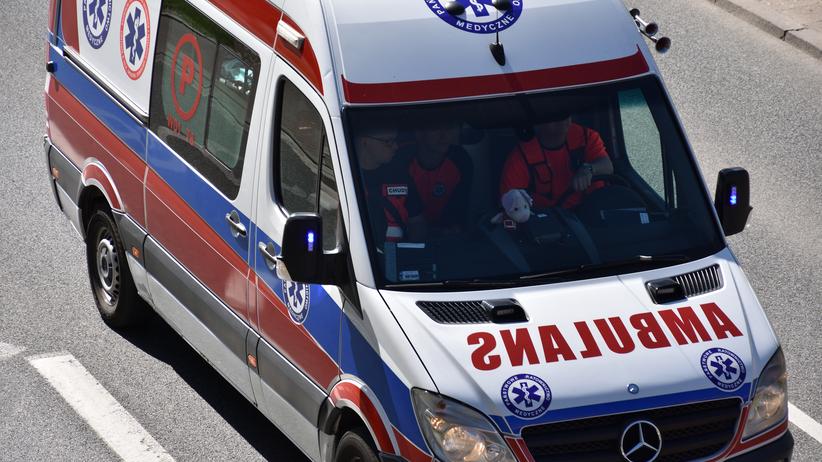 Karetka zderzyła się z busem. Cztery osoby ranne