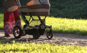 Zabrała dziecko na wieczorny spacer. Jej zachowanie zaniepokoiło przechodniów