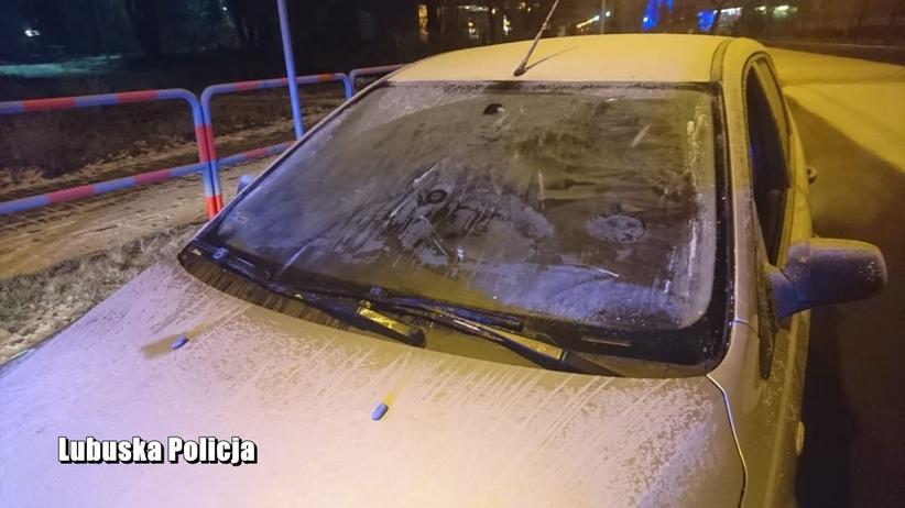 Jechał z głową wystawioną przez okno, bo… nie miał czasu odśnieżyć samochodu. Policjanci w szoku