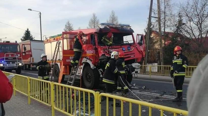 Wozy strażackie zderzyły się z ciężarówką. Droga krajowa zablokowana