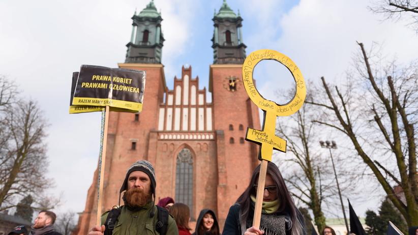 """""""Ani pana, ani plebana"""", """"To Kościół buduje podziały między nami"""". Kilkaset osób demonstrowało na Manifie w Poznaniu"""