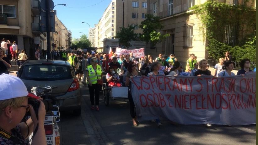 Manifestacja wsparcia dla protestu rodziców osób niepełnosprawnych przed Sejmem [WIDEO]