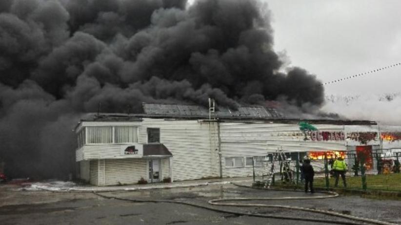Ogromny pożar w Radomiu. Zawalił się dach hali