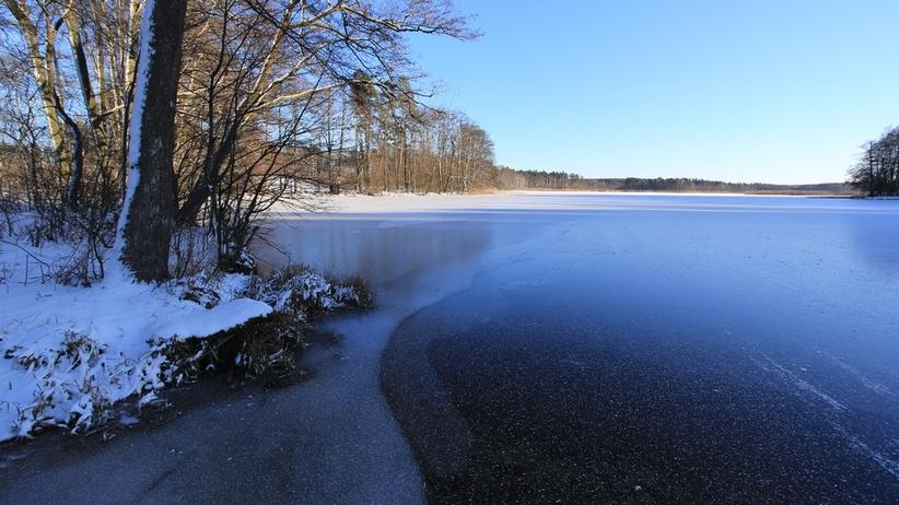 Niebezpiecznie na mazurskich jeziorach. Woda zamarza, ale lód jest bardzo cienki