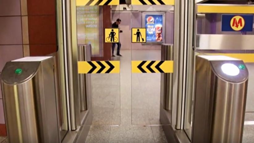 Zmiany w warszawskim metrze. Bramki zyskają nową technologię [WIDEO]