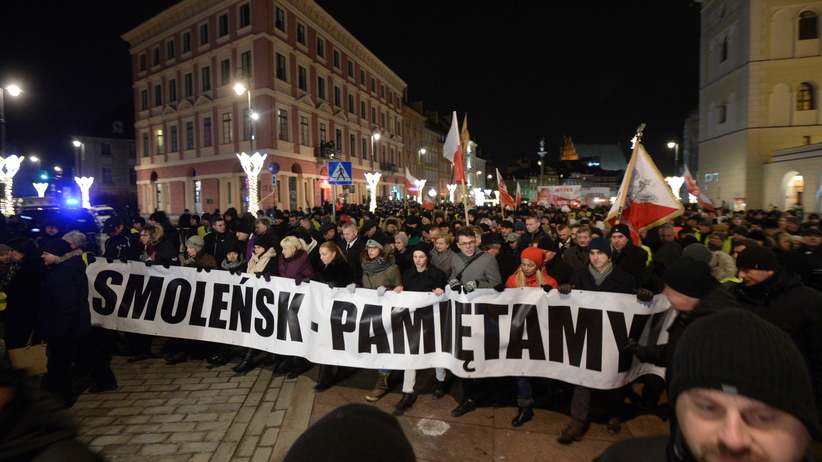 """To zdjęcie z miesięcznicy jest hitem w sieci. """"Warszawa też czuje magię świąt"""" [FOTO]"""