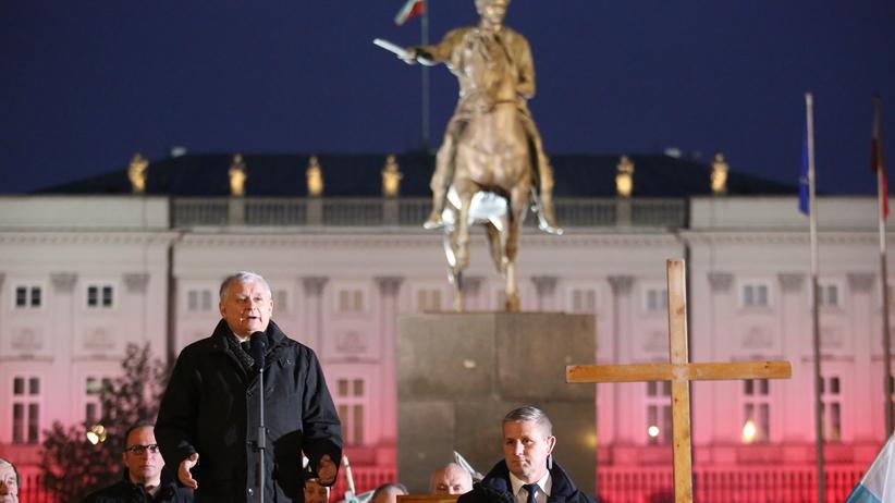Kaczyński na miesięcznicy smoleńskiej: Białe róże to symbol nienawiści i głupoty
