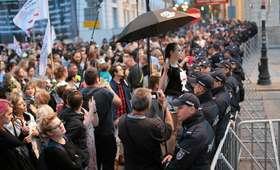Kolejna miesięcznica smoleńska: Krakowskie Przedmieście wyłączone z ruchu, wszędzie barierki