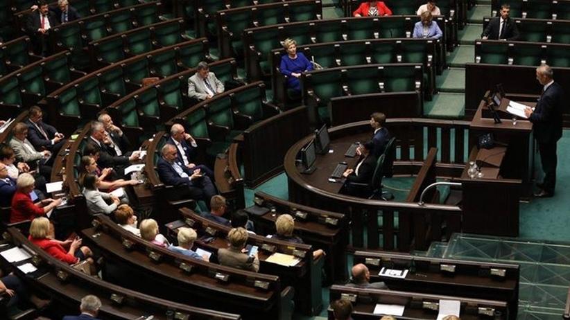 Pustki w Sejmie, rodziców więcej niż posłów. Tak upłynęła nocna debata o referendum edukacyjnym