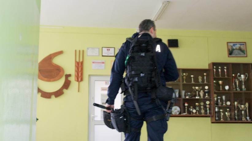 Alarmy bombowe w kilku szkołach. Na miejscu pirotechnicy z psami