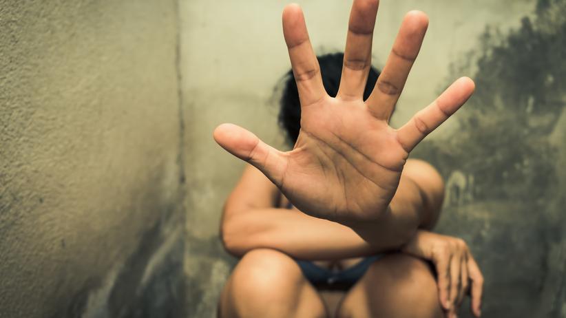 Dwaj bracia zgwałcili 14-latkę w pustostanie. Wszystko nagrali telefonem