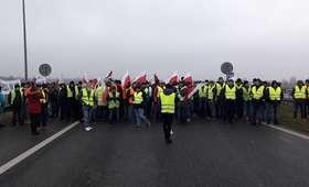 Uwaga, zablokowana A2! Rolnicy protestują, policja apeluje [WIDEO]