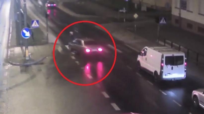 Ominął auto, które zatrzymało się przed przejściem. Potrącił pieszą [WIDEO]