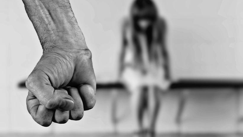 Gwałcił i bił metalowym prętem adoptowane dzieci