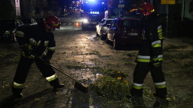 Orkan Ksawery: Sprzątanie po wichurze, ludzie bez prądu, ofiary śmiertelne