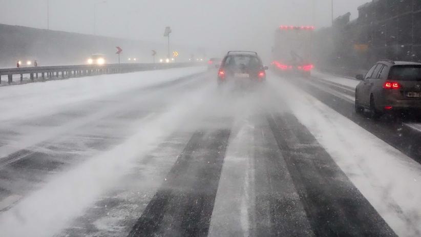 """Uwaga kierowcy! Na drogach """"szklanka"""" i gęste mgły"""