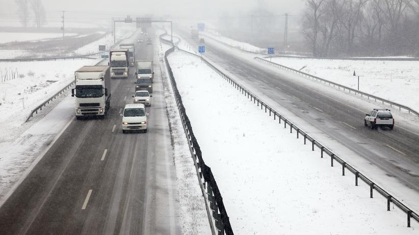 Mgły, opady i oblodzone jezdnie. Trudne warunki na drogach