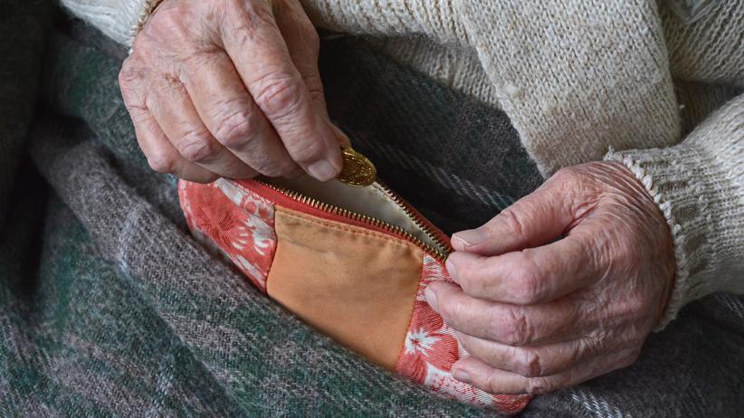 77-latka pojechała taksówką z Krakowa do Łodzi, bo namówili ją oszuści. Straciła oszczędności życia