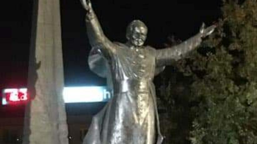 Pomnik Jana Pawła II obrzucony jajkami. W 40. rocznicę wyboru