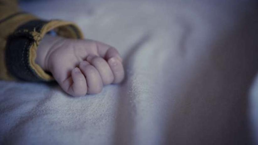 Policjanci znaleźli porzuconego na mrozie niemowlaka. Dziecko zmarło niedługo później