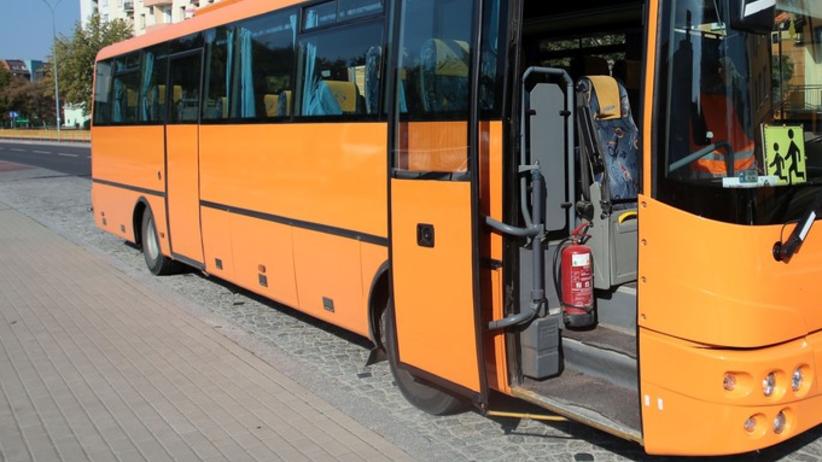 Uczennica wysiadła z busa i wpadła pod samochód. Wracała ze szkoły