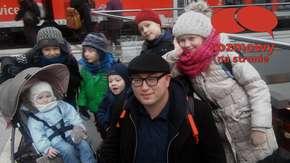 Podróże są nie tylko dla bogatych. Ta rodzina z siedmiorgiem dzieci zwiedza całą Europę [Wywiad]