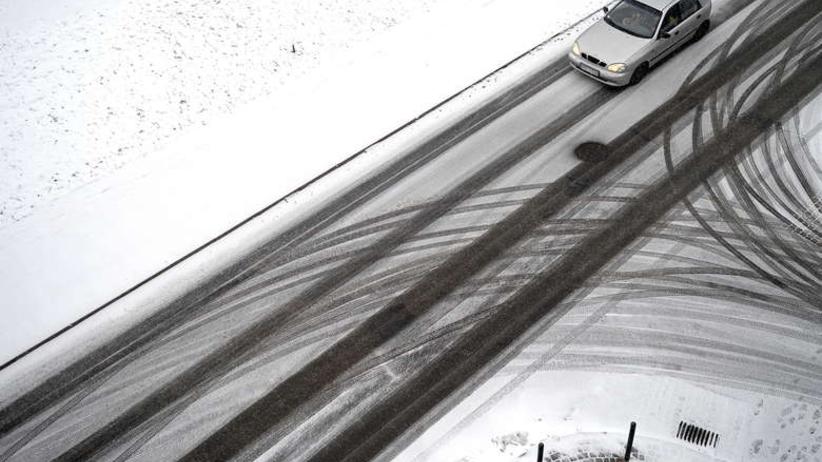Śnieg, mgły i czarny lód na drogach. IMGW ostrzega cztery województwa