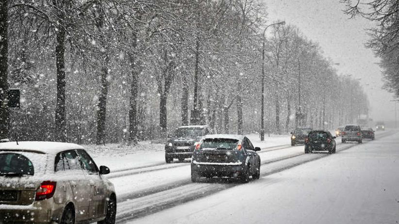 Śliskie chodniki i drogi, duże opady śniegu. IMGW ostrzega siedem województw [POGODA]