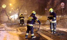 Tysiące ludzi bez prądu. Straż pożarna walczy ze skutkami wichur z minionej nocy