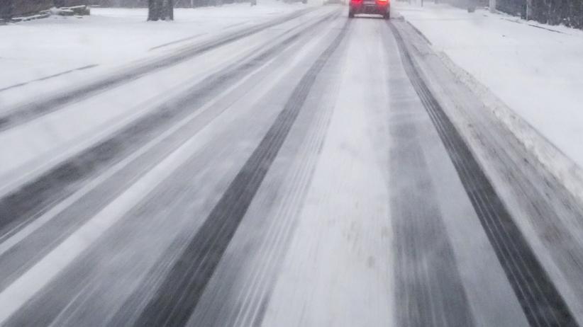 Niebezpiecznie ślisko na drogach. IMGW ostrzega sześć województw